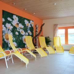 Ruheraum mit Liegestühlen im Wellnessbereich im JUFA Hotel Waldviertel. Der Ort für erholsamen Familienurlaub und einen unvergesslichen Winter- und Wanderurlaub.