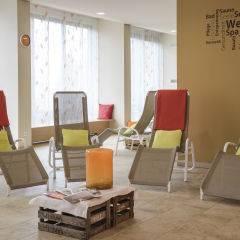 Ruheraum mit Liegestühlen im Wellnessbereich im JUFA Hotel Wangen Sport-Resort. Der Ort für erfolgreiches Training in ungezwungener Atmosphäre für Vereine und Teams.