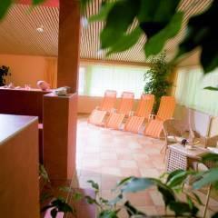 Ruheraum mit Liegestühlen im Wellnessbereich im JUFA Hotel Wipptal. Der Ort für erholsamen Familienurlaub und einen unvergesslichen Winter- und Wanderurlaub.