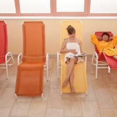 Frauen in Liegestühlen im Ruheraum im Wellnessbereich im JUFA Hotel Fürstenfeld - Sport-Resort. Der Ort für erfolgreiches Training in ungezwungener Atmosphäre für Vereine und Teams.