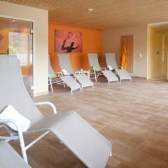Ruheraum mit Granderwasserbrunnen im Wellnessbereich im JUFA Hotel Leibnitz - Sport-Resort. Der Ort für erfolgreiches Training in ungezwungener Atmosphäre für Vereine und Teams.