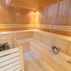 Sauna mit Aufgussschale im Wellnessbereich im JUFA Hotel Altaussee. Der Ort für erholsamen Familienurlaub und einen unvergesslichen Winter- und Wanderurlaub.