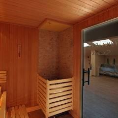 Sauna mit Aufgussschale im Wellnessbereich im JUFA Hotel Altenmarkt. Der Ort für erholsamen Familienurlaub und einen unvergesslichen Winterurlaub.