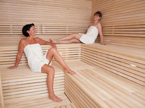 Frauen in der Sauna im Wellnessbereich im JUFA Hotel Fuerstenfeld Sport-Resort. Der Ort für erfolgreiches Training in ungezwungener Atmosphäre für Vereine und Teams.