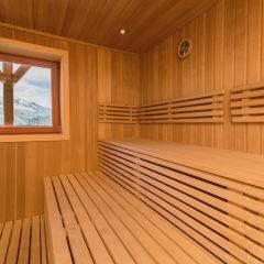 Sauna mit Fenster im Wellnessbereich im JUFA Hotel Gitschtal Landerlebnis. Der Ort für kinderfreundlichen und erlebnisreichen Urlaub für die ganze Familie.