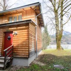 Sauna-Haeuschen im Wellnessbereich im Herbst im JUFA Hotel Grundlsee. Der Ort für tollen Sommerurlaub an schönen Seen für die ganze Familie.