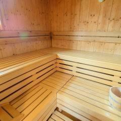Sauna mit Fenster im Wellnessbereich im JUFA Hotel Grundlsee. Der Ort für tollen Sommerurlaub an schönen Seen für die ganze Familie.