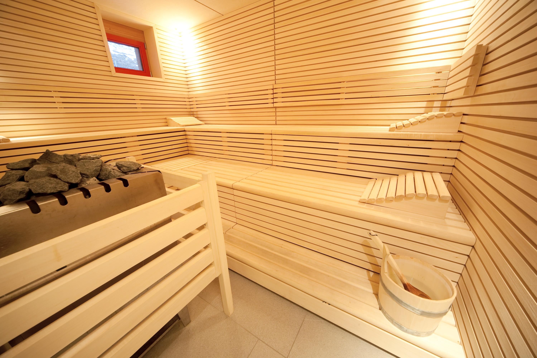 Sauna mit Aufgussschale im Wellnessbereich im JUFA Hotel Montafon. Der Ort für erholsamen Familienurlaub und einen unvergesslichen Winter- und Wanderurlaub.