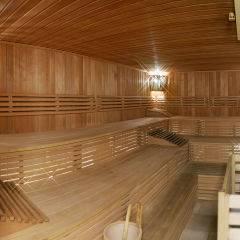 Sauna mit Aufgussschale im Wellnessbereich im JUFA Hotel Murau. Der Ort für erholsamen Familienurlaub und einen unvergesslichen Winter- und Wanderurlaub.