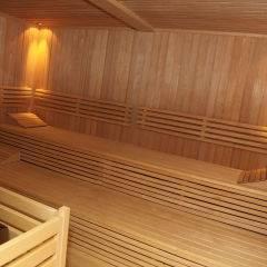 Sauna mit Aufgussschale im Wellnessbereich im JUFA Hotel Nockberge Almerlebnis. Der Ort für erholsamen Familienurlaub und einen unvergesslichen Winter- und Wanderurlaub.