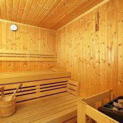 Sauna  mit Aufgussschale im Wellnessbereich im JUFA Hotel Oberwölz. Der Ort für erholsamen Familienurlaub und einen unvergesslichen Winter- und Wanderurlaub.
