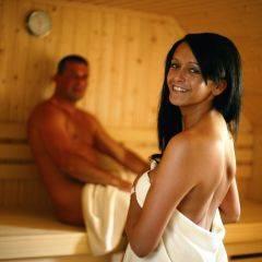 Paar in Sauna im Wellnessbereich im JUFA Hotel Pöllau - Bio-Landerlebnis. Der Ort für erlebnisreichen Natururlaub für die ganze Familie.
