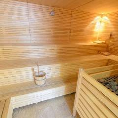 Sauna mit Aufgussschale im Wellnessbereich im JUFA Hotel Schladming. Der Ort für erholsamen Familienurlaub und einen unvergesslichen Winter- und Wanderurlaub.