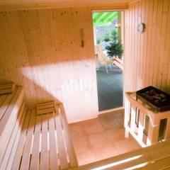 Sauna im Wellnessbereich mit Aufgussschale im JUFA Hotel Wipptal. Der Ort für erholsamen Familienurlaub und einen unvergesslichen Winter- und Wanderurlaub.