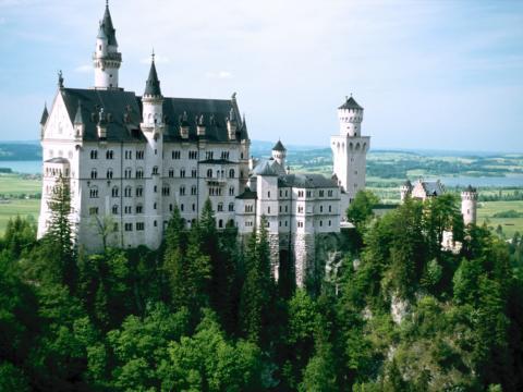 Schloss Neuschwanstein in Bayer mit Landschaft im Sommer.