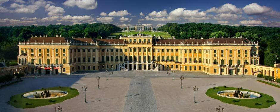 Schloss Schönbrunn in Wien mit Vogelperspektive im Sommer. JUFA Hotels bietet erlebnisreichen Städtetrip für die ganze Familie und den idealen Platz für Ihr Seminar.