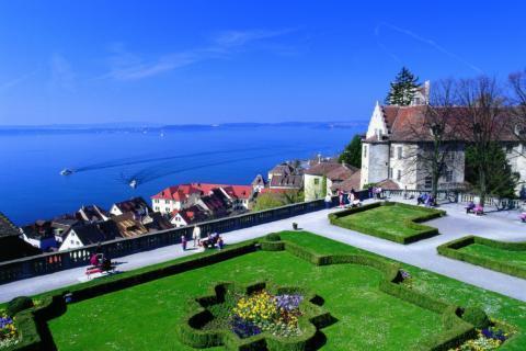 Parkanlage in Meersburg mit Bodensee in Baden Württemberg im Sommer. JUFA Hotels bietet tollen Sommerurlaub an schönen Seen für die ganze Familie.