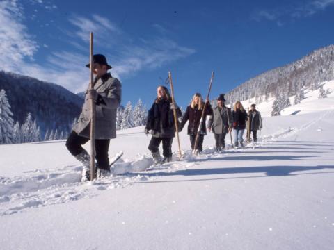 Schneeschuhwanderung mit Erwachsenen durch die Winterlandschaft in Pyhrn-Priel