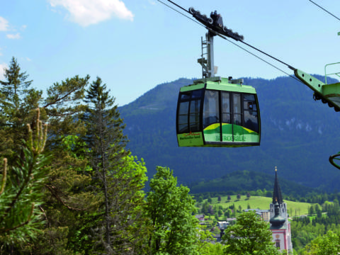 Seilbahn auf der Bürgeralpe in Mariazell im JUFA Hotel. Der Ort für erholsamen Familienurlaub und einen unvergesslichen Winter- und Wanderurlaub.