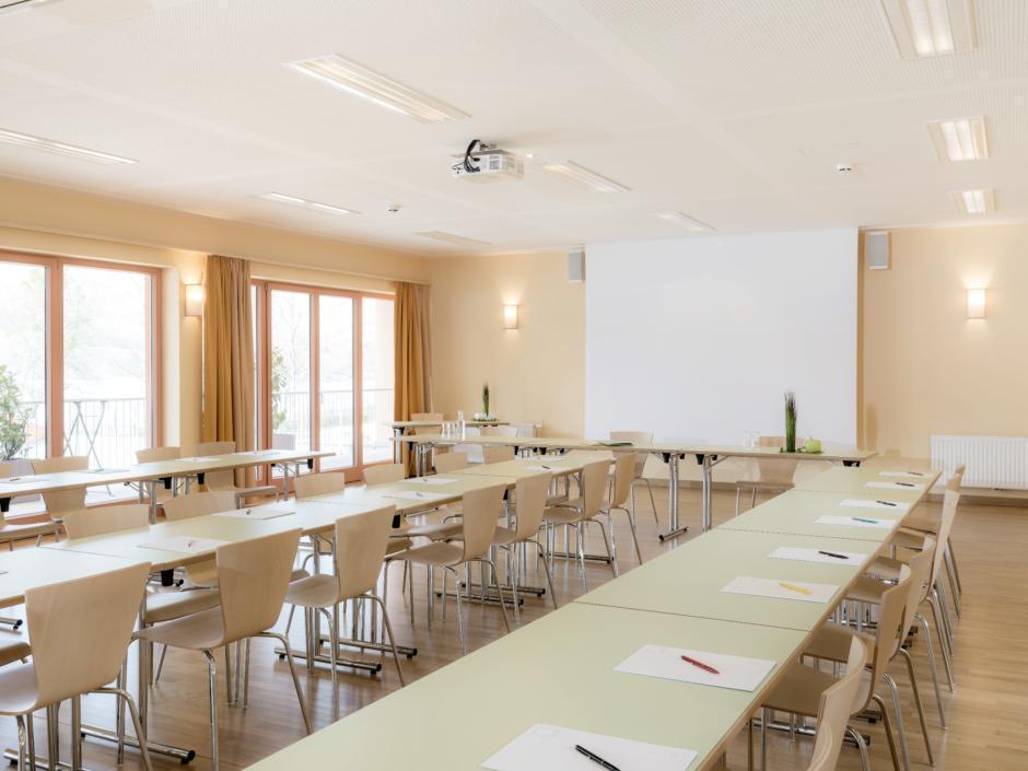 Seminarraum im JUFA Hotel Stubenbergsee. Der Ort für erfolgreiche und kreative Seminare in abwechslungsreichen Regionen.