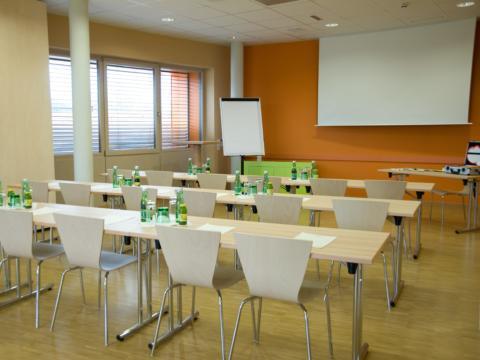 Gut ausgestatteter Seminarraum mit Reihenbestuhlung im JUFA Hotel Bleiburg - Sport-Resort. Der Ort für erholsamen Familienurlaub und einen unvergesslichen Winter- und Wanderurlaub.