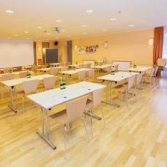 Gut ausgestatteter Seminarraum im JUFA Hotel Gitschtal Landerlebnis. Der Ort für kinderfreundlichen und erlebnisreichen Urlaub für die ganze Familie.