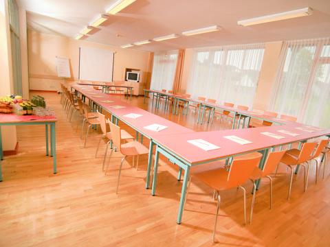 Gut ausgestatteter Seminarraum im JUFA Hotel Gnas - Sport-Resort. Der Ort für erfolgreiches Training in ungezwungener Atmosphäre für Vereine und Teams.