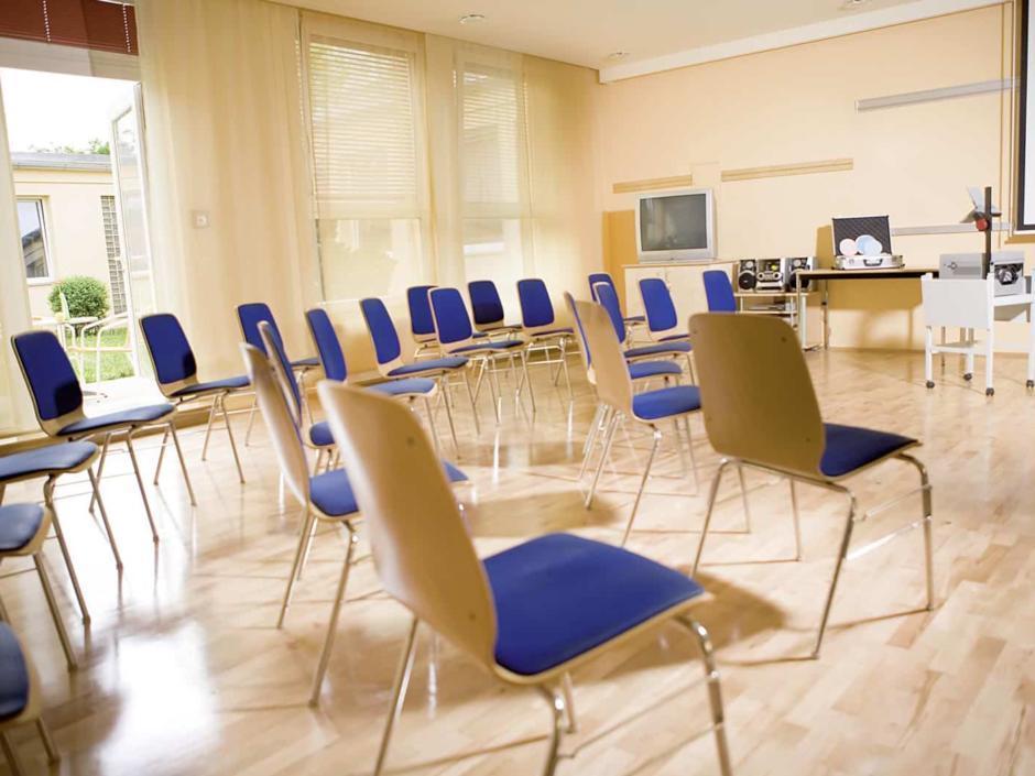 Gut ausgestatteter Seminarraum mit Kreisbestuhlung im JUFA Hotel Graz City. Der Ort für erlebnisreichen Städtetrip für die ganze Familie und der ideale Platz für Ihr Seminar.