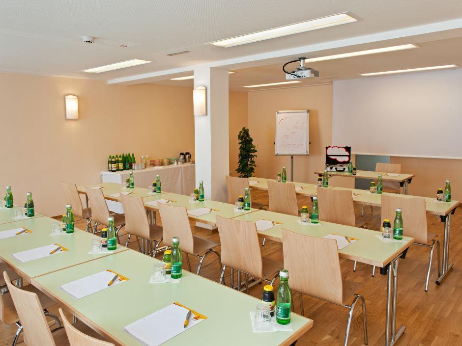 Gut ausgestatteter Seminarraum im JUFA Hotel Hochkar - Sport-Resort. Der Ort für erfolgreiches Training in ungezwungener Atmosphäre für Vereine und Teams.