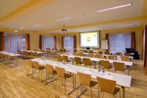 Gut ausgestatteter Seminarraum mit Reihenbestuhlung im JUFA Kempten Familien-Resort. Der Ort für kinderfreundlichen und erlebnisreichen Urlaub für die ganze Familie.