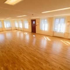 Gut ausgestatteter Seminarraum mit Fensterfront im JUFA Hotel Lungau. Der Ort für erholsamen Familienurlaub und einen unvergesslichen Winter- und Wanderurlaub.