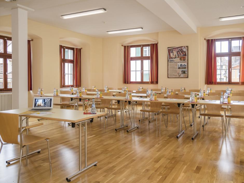 Gut ausgestatteter Seminarraum mit Reihenbestuhlung im JUFA Hotel Meersburg. Der Ort für tollen Sommerurlaub an schönen Seen für die ganze Familie.