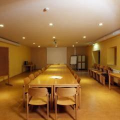 Gut ausgestatteter Seminarraum im JUFA Hotel Murau. Der Ort für erholsamen Familienurlaub und einen unvergesslichen Winter- und Wanderurlaub.