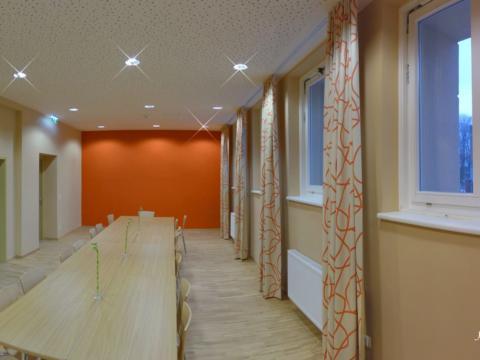 Gut ausgestatteter Seminarraum mit Besprechungstisch im JUFA Hotel Schladming. Der Ort für erholsamen Familienurlaub und einen unvergesslichen Winter- und Wanderurlaub.