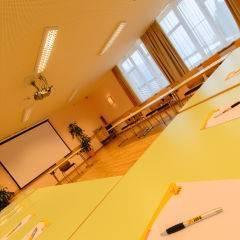 Gut ausgestatteter Seminarraum mit U-Form und Notizblock im JUFA Hotel Altaussee. Der Ort für erholsamen Familienurlaub und einen unvergesslichen Winter- und Wanderurlaub.
