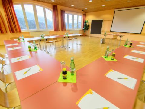 Gut ausgestatteter Seminarraum mit U-Form und Fenstern im JUFA Hotel Bad Aussee. Der Ort für erholsamen Familienurlaub und einen unvergesslichen Winter- und Wanderurlaub.