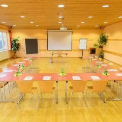 Frontalansicht des gut ausgestatteten Seminarraum mit U-Form im JUFA Hotel Bad Aussee. Der Ort für erholsamen Familienurlaub und einen unvergesslichen Winter- und Wanderurlaub.