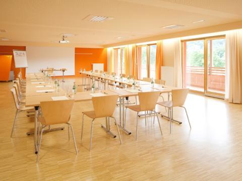 Gut ausgestatteter Seminarraum mit U-Form und Beamerwand im JUFA Hotel Leibnitz - Sport-Resort. Der Ort für erfolgreiches Training in ungezwungener Atmosphäre für Vereine und Teams.