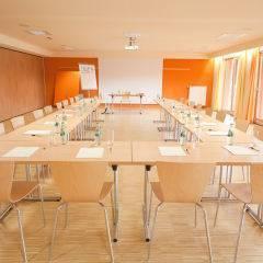 Gut ausgestatteter Seminarraum mit U-Form im JUFA Hotel Leibnitz - Sport-Resort. Der Ort für erfolgreiches Training in ungezwungener Atmosphäre für Vereine und Teams.