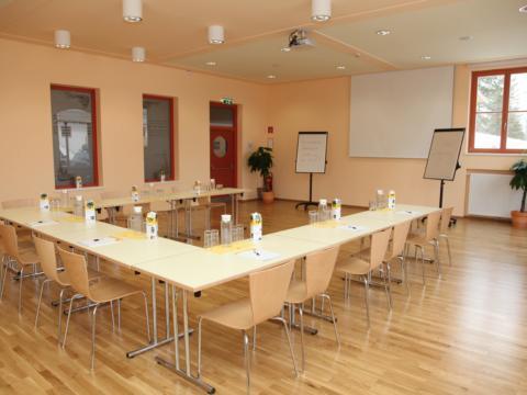 Gut ausgestatteter Seminarraum mit U-Form im JUFA Hotel Nockberge Almerlebnis. Der Ort für erholsamen Familienurlaub und einen unvergesslichen Winter- und Wanderurlaub.