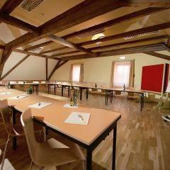 Gut ausgestatteter Seminarraum mit U-Form und Holzbalken im JUFA Hotel Oberwölz. Der Ort für erholsamen Familienurlaub und einen unvergesslichen Winter- und Wanderurlaub.