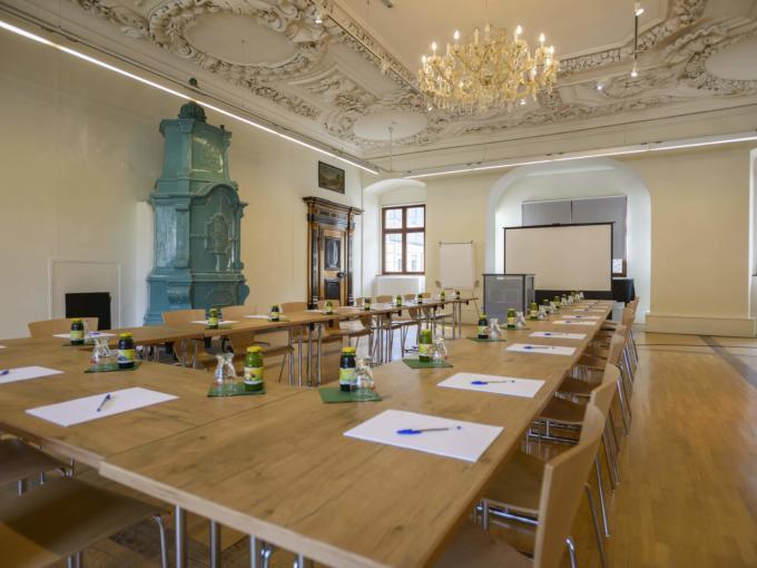 Gut ausgestatteter Seminarraum mit U-Form und Beamerwand im JUFA Hotel Pyhrn-Priel. Der Ort für erfolgreiche und kreative Seminare in abwechslungsreichen Regionen.