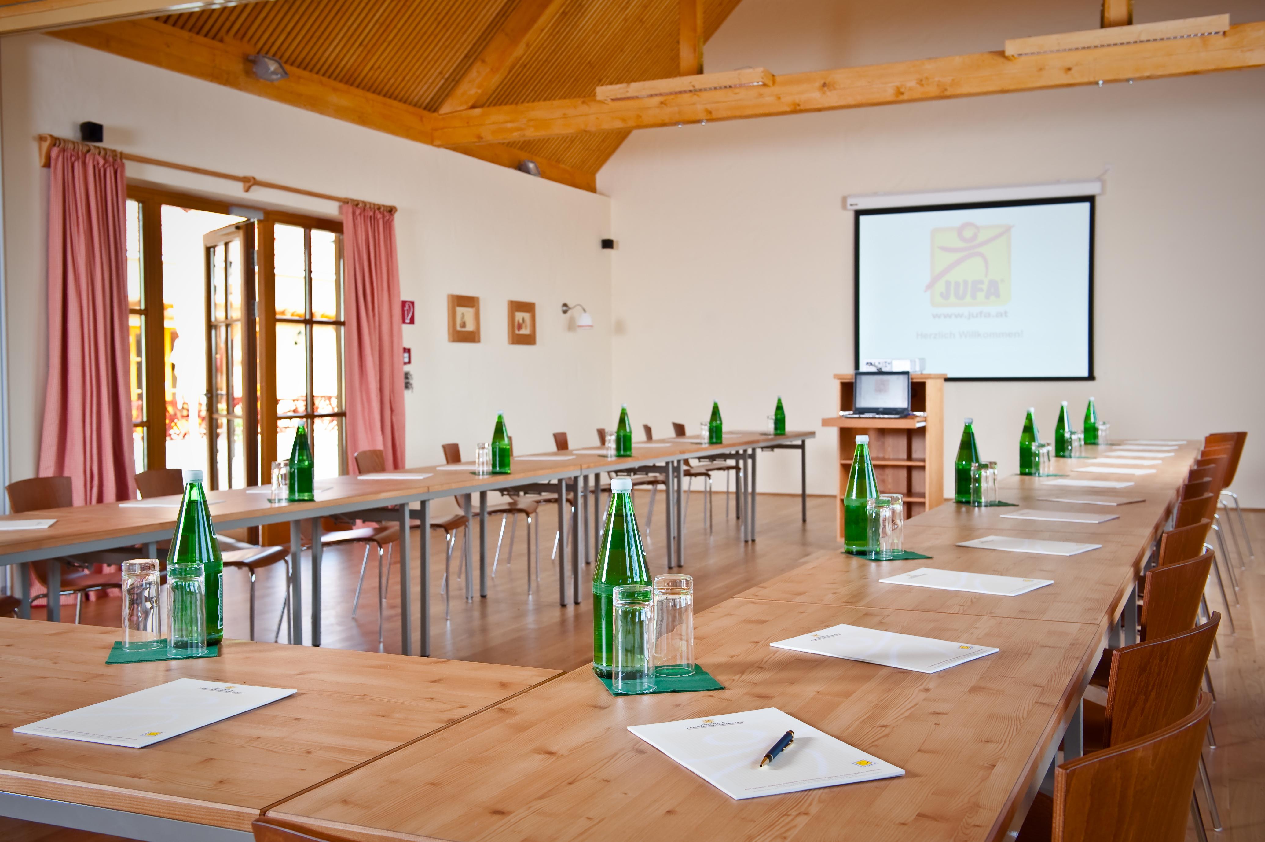 Gut ausgestatteter Seminarraum mit Terrasse im JUFA Hotel Tieschen - Landerlebnis. Der Ort für erlebnisreichen Natururlaub für die ganze Familie.