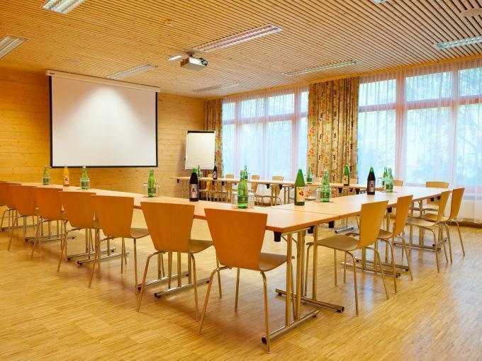 Gut ausgestatteter Seminarraum im JUFA Hotel Waldviertel
