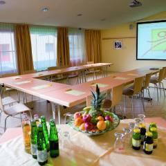Seminarraum in U-Form mit Beamerwand im JUFA Hotel Wipptal. Der Ort für erholsamen Familienurlaub und einen unvergesslichen Winter- und Wanderurlaub.