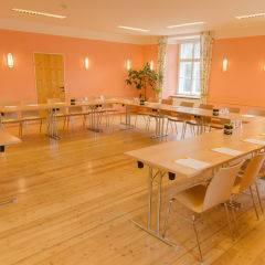 Gut ausgestatteter Seminarraum mit U-Form und Fenster im JUFA Judenburg Hotel zum Sternenturm. Der Ort für erfolgreiche und kreative Seminare in abwechslungsreichen Regionen.