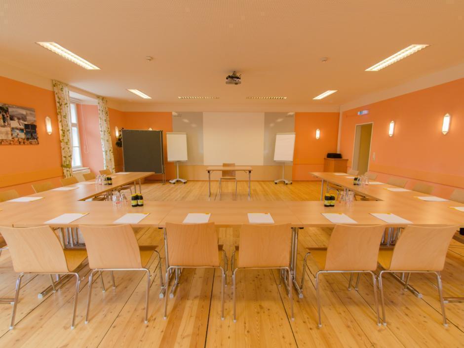 Gut ausgestatteter Seminarraum mit U-Form und Frontalansicht im JUFA Judenburg Hotel zum Sternenturm. Der Ort für erfolgreiche und kreative Seminare in abwechslungsreichen Regionen.