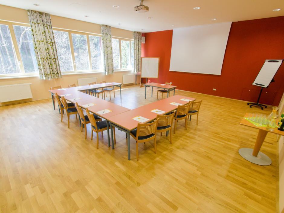 Gut ausgestatteter Seminarraum mit U-Form und Fenster im JUFA Natur-Hotel Bruck. Der Ort für erfolgreiche und kreative Seminare in abwechslungsreichen Regionen.
