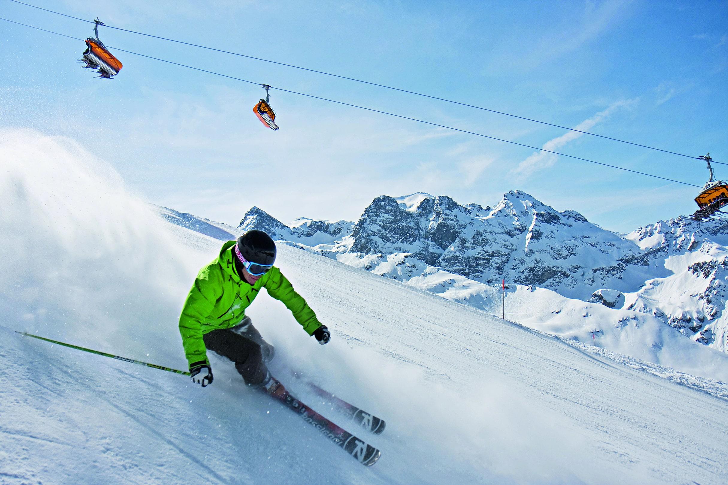 Schifahrer auf der Piste der Silvretta Montafon im Winterurlaub im JUFA Hotel Montafon. Der Ort für erholsamen Familienurlaub und einen unvergesslichen Winterurlaub.