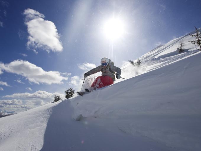 Skifahrer im Pulverschnee in Lungau im Salzburger Land. JUFA Hotels bietet erholsamen Familienurlaub und einen unvergesslichen Winterurlaub.